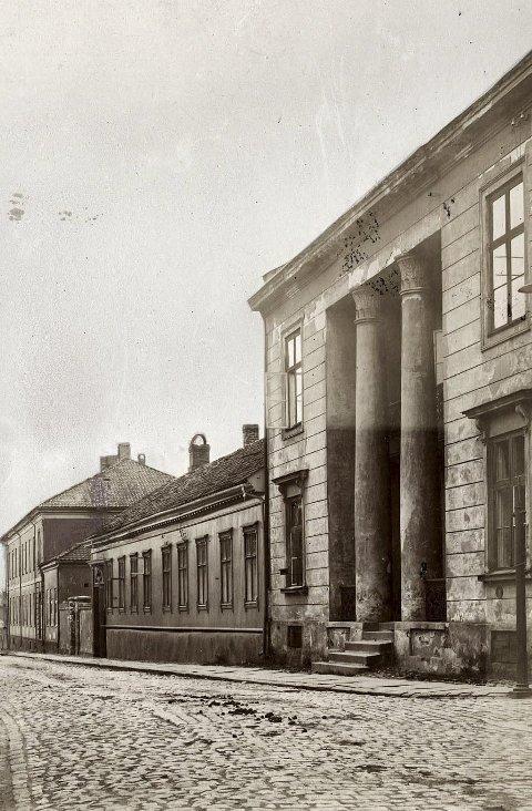 SVENSKEGATA: Søylegården sees til høyre på dette bildet fra tidlig 1900-tall. Det er skjedd flere endringer. De originale vinduene er byttet, trappa ble senere fjernet, men  kom tilbake i litt annen form, og verandaen er utvidet Foto: Riksantikvarensarkiv.