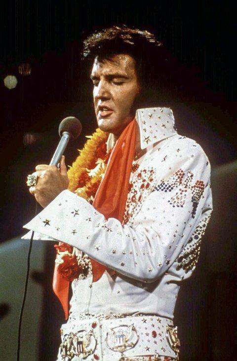 "ELVIS: Superstjernen Elvis Presley. Sandeid UL har hatt suksess med Elvis-musikalen sin ""Kjærleik, hat og rock'n roll"". Bildet er fra  ""Aloha from Hawaii-konserten"" i  1972"