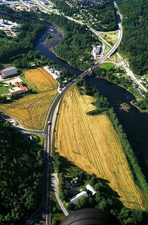 BOMMESTAD var kanskje oldtidens viktigste trafikknutepunkt i Vestfold. Om det forteller både landskapet _ der Vestfoldraet krysser Lågen _ de mange veiminnene og indirekte selve navnet Bommestad. På flyfotoet, tatt fra nord, ser vi Bommestad gård nederst.
