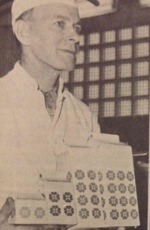 Pappmelk: Werner Karlsen ved Halden Meieri viser fram kartongene som meieriet nå skulle tappe alle sine melkeprodukter på. Faksimile fra Halden Arbeiderblad februar 1967
