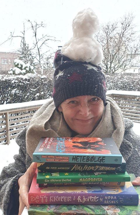 SJEKK HER: Susanne Bolstad og flere ansatte på biblioteket har funnet fram boktips til deg.