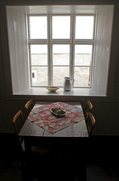 Kjøkkenet har vinduskarmer som forteller om et stormsikkert bygg.