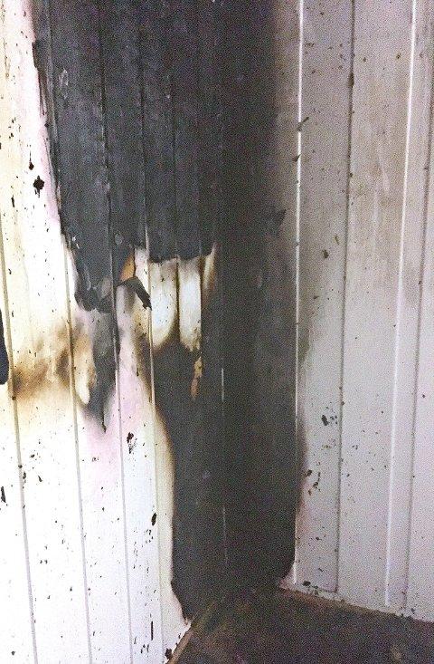 BRANN INNI VEGGEN: – Det er vanskelig å si noe om hva som startet brannen, sier brannsjef Per Olav Pettersen