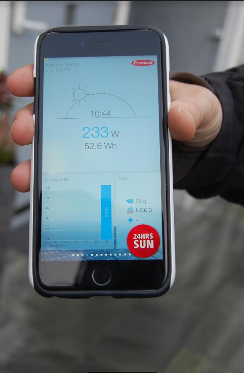 Etter oppkobling kan en følge med på strømproduksjonen via en app på mobilen.