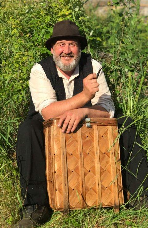FATTIGKÆR: Rune Grenberg spiller fattigkær som kommer inn på Farmen Kjendis. Der får følget hans oppvartning av kjendisene.