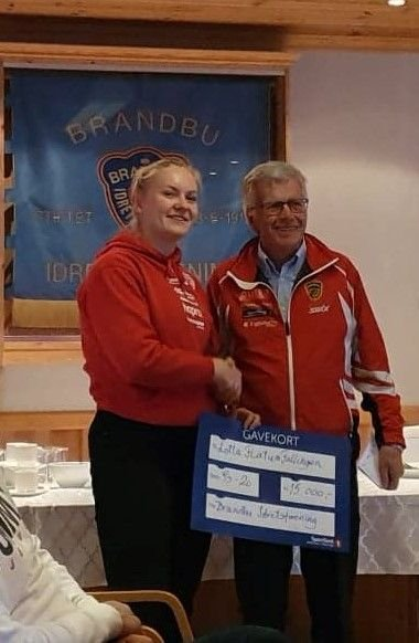 Lotta Flatum Fallingen sammen med bragdkomiteens medlem Odd Hovi som delte ut treningsstipend på kr. 15.000