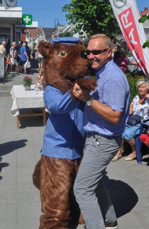 SVINGOM: Jevnakerordfører Lars Magnussen tok seg en dans med Randsfjordfestivalens maskot Tømmer-Truls i sommer.