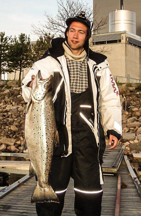 Jonas Jakobsen har en mjøsørret på over seks kilo, det er denne på 6,84 kilo.