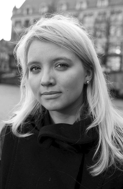 BOKBADES AV UNGDOM: Åtteklassinger skal bokbade Kathrine Nedrejord. Det skjer i Galleri Christensen onsdag.
