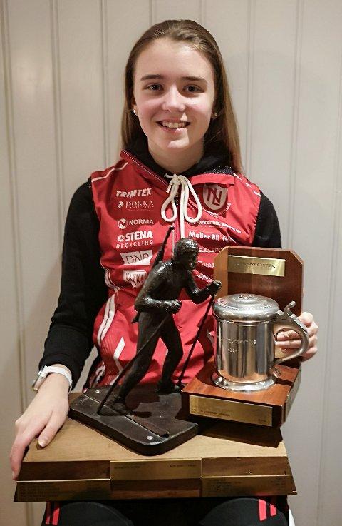 Sara Agnethe Granvang Tronrud med vandrepremie og skytepokal etter helgas skiskytterfestival i Holmenkollen.