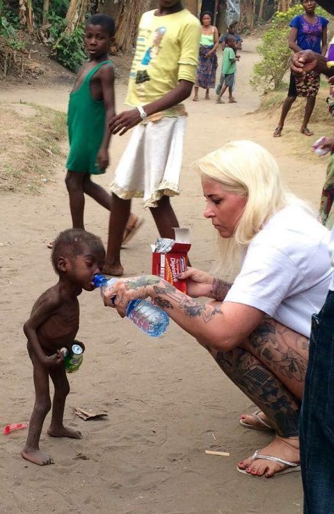 STERKT MØTE: Anja Ringgren Lovèn fra hjelpeorganisasjonen DINNødhjælp oppdaget lille Hope på gaten i Nigeria. Nå får Hope hjelp på et barnehjem. tb.no har fått lov av Lovén til å bruke bildet.