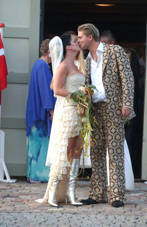KYSSET: Etter å ha vært bandkolleger i flere år valgte paret å gifte seg i 2001.