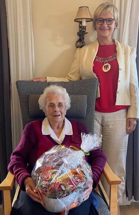 Feiret: Ordfører Randi Eek Thorsen besøkte Kristine Stranna på sykehjemmet i anledning 100-årsdagen.