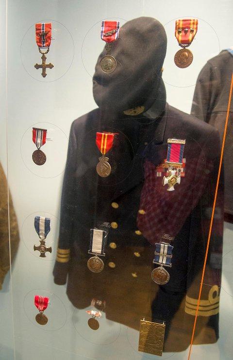 Tre år før krigshelten døde i oktober 1990, ga Leif A. Larsen, eller Shetlands-Larsen som han ble kalt, krigsmedaljer, diplomer, skipperlue, jakke og diverse bilder til Minnesmerkekomiteen.