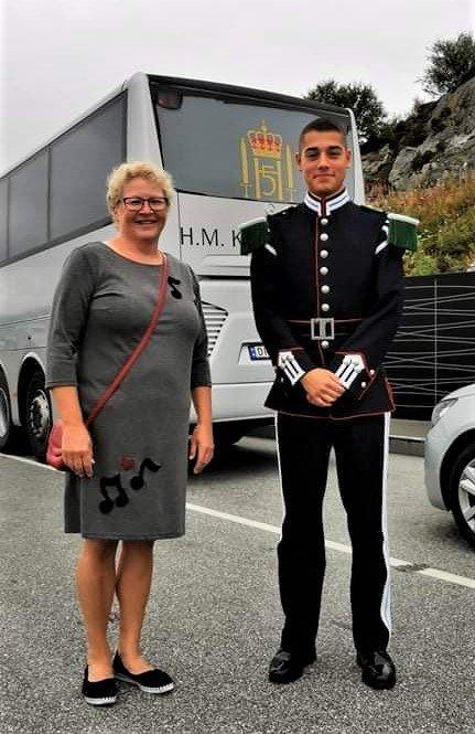 Korpsdirigent Merete Fjeldvær har fått med seg August Nikolai Kristiansen Cancino fra Hans Majestet Kongens Gardes Musikkorps som instruktør på helgens seminar. (Foto: privat)