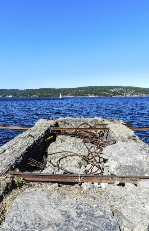 BRAGD: Fra denne falleferdige rampa på Hov skjedde det en bragd for 91 år siden. Norges mest berømte stenblokk på 270 tonn ble fraktet til Oslo på lektere. Les historien om Monolitten.
