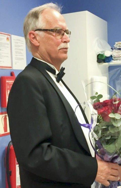 Heder: Dirigent i Skonseng skole og ungdomskorps, Steinar Heian, tildeles hederstegn for dirigenter.Foto: Kristin Heian