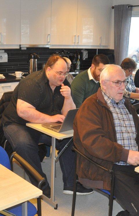 TREKKER SEG: Steinar Friis (foran) og hans varamedlem i styringsgruppen for nye Ramberg skole, Einar Benjaminsen, trekker seg fra gruppen. Foto: Magnar Johansen