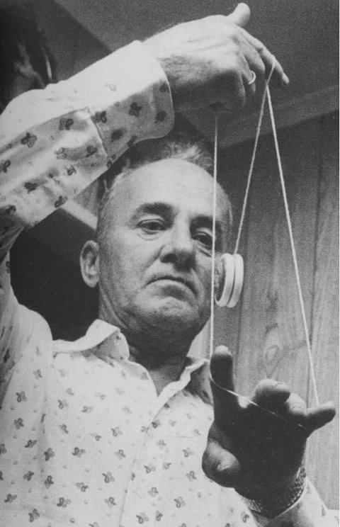 JO-JO. Under den første jo-jo-feberen i 1932 kom en 14 år gammel nykåret norgesmester, John H. Henriksen, til Larvik og viste sine frapperende ferdigeter i et butikkvindu og i IOGTlokalet. Mange år og flere jo-jo-renessanser senere fant ØP ham bofast på Dreng i Tjølling, hvor han viste at han slett ikke hadde glemt gamle kunster.
