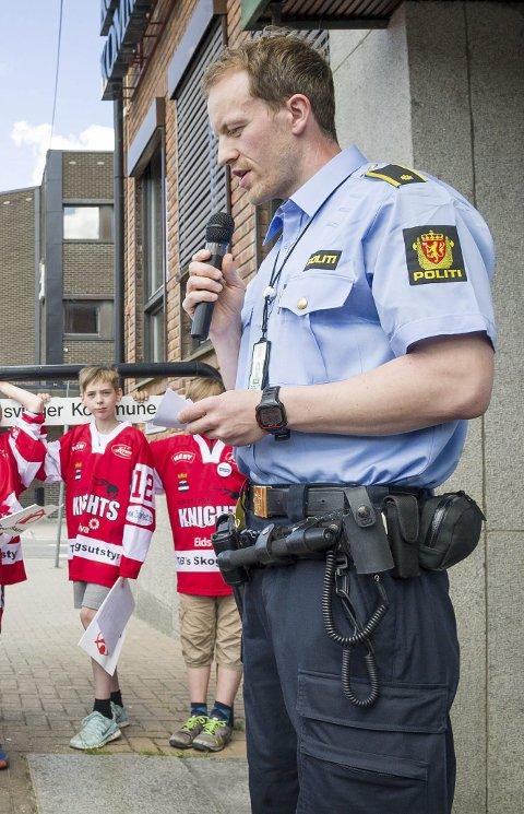 KONTROLL: Morten Langdalen, her avbildet i forbindelse med en kampanje Redd Barna hadde i Kongsvinger, forteller at russefester er nokså vanlig.