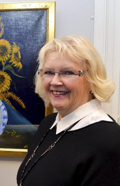 Gleder seg:  Ellen Vikan, leder i Elverum kunstforening, gleder seg over at Unni Askeland stiller ut i Elverum.  Foto: Bjørn-Frode Løvlund