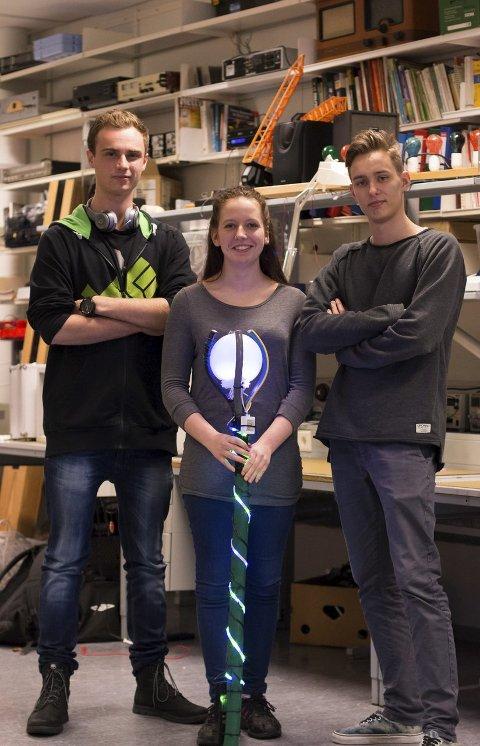 MO OG ØYRANE: Joran Lassche (18), Annika Solheim (17) og Anders Steiro Herstad (17) går yrkesfag på Mo og Øyrane. – Dette er ein tryllestav, men vi er ikkje heilt sikre på kvifor vi har laga den, seier gutane.