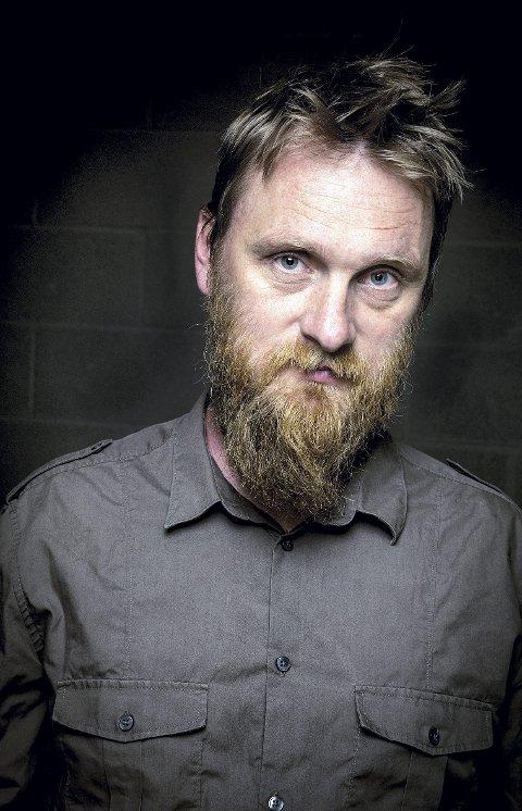 TIL NORD-ODAL: Erlend Ropstad er aktuell med både utgivelser og tv-opptredener. Nå kommer han til Milepelen der han både bokbades og holder konsert.