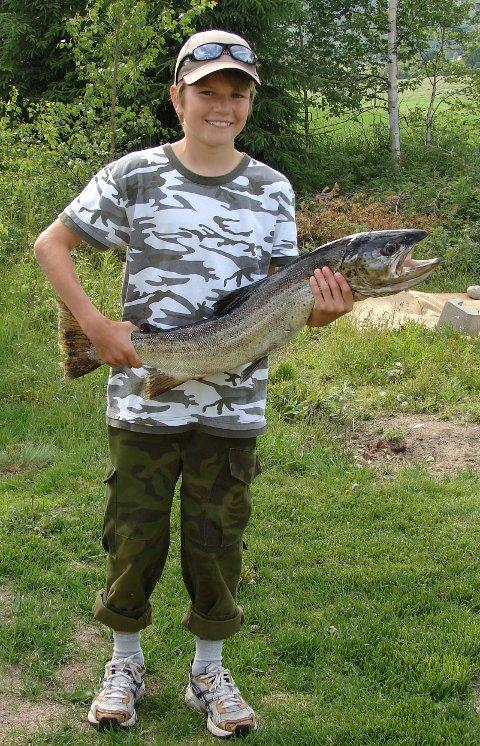 Stor fisk:12-åringen Kristian Tangen med ørreten  4,366 kilo. Fisken var 83 centimeter lang.