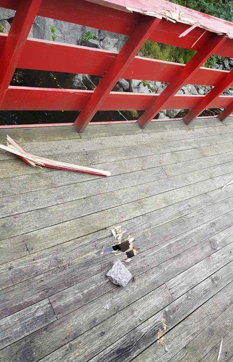 STEIN GJENNOM LUFTA: Slik så det ut etter en stein traff båthuset til Arild Remøy i september i fjor. Ingen personer kom til skade.