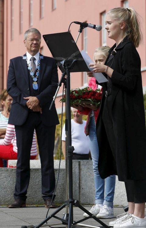 Holdt tale: Leder i AUF Haugaland Eline Jacobsen Vikse (t.h) og Haugesunds ordfører Arne-Christian Mohn bak.Foto: Jan Kåre Ness