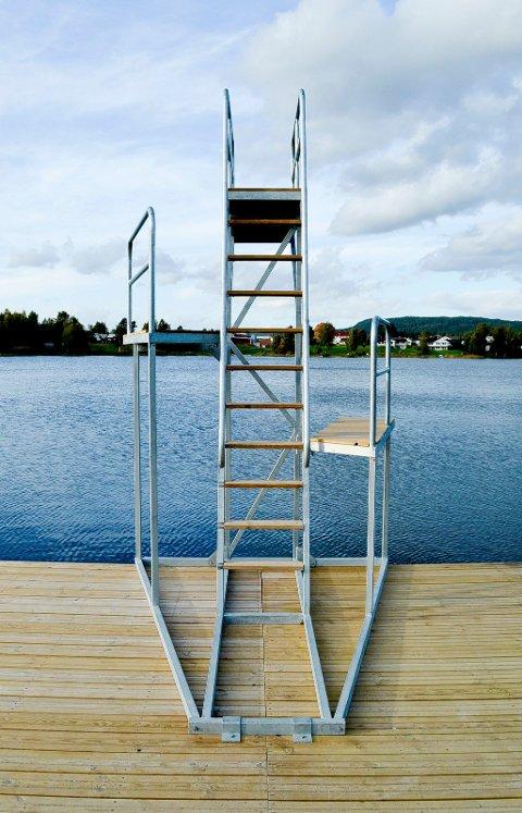 BARE Å STUPE UTI: Det nye stupetårnet med tre avsatser står klart for dem som fortsatt hæler å bade i Sagtjernet. (Foto: Bjørn-Frode Løvlund)