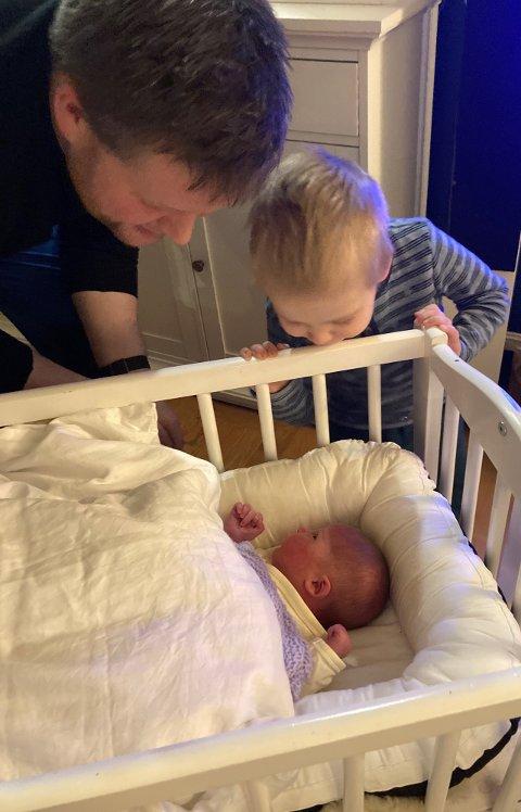 GIKK BRA: Familien er vel hjemme, hvor pappa Stian og storebror Brage hilser på det nyeste medlemmet.