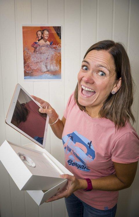 HURRA: - Jeg vant en Ipad, utbryter Unn-Ragnhild Andersen. Hun vant Glåmdalens «Sommerens blinkskudd»-konkuransen.