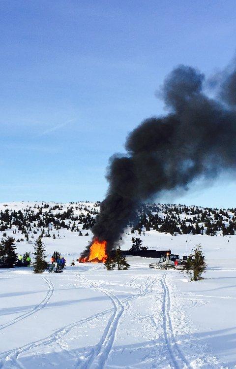 Det brant kraftig i hytta da dette bildet ble tatt rundt klokken 19.30. Foto: TS