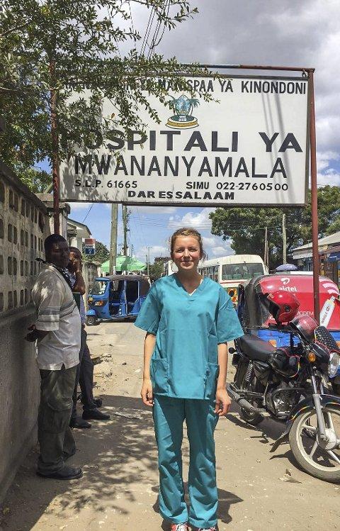 UTENFOR SYKEHUSET: Kamilla Hval Skiaker kommer aldri til å glemme denne sommeren. Her utenfor sykehuset i Dar-es-Salaam der hun jobber som frivillig.