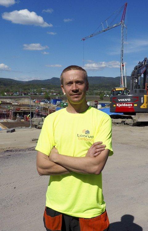 Fornøyd: Lærling Fredrik Gåsland liker seg på arbeidspplassen og gleder seg til å gå på jobb hver dag. Foto: Svein-Ivar Pedersen