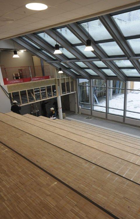 NAUS: Auditoriet blir et av de flotteste rommene på nye Nord-Aurdal ungdomsskole. Entreprenøren jobber seg ferdig ovenfra og nedover i bygget.