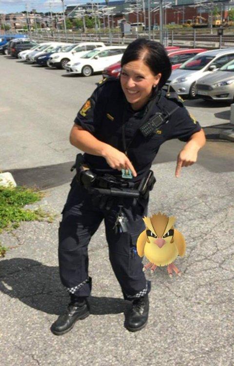 Det er mange av de som jobber i politiet som har fått dilla på Pokèmon GO i det siste. Her ser dere Helga med en Pokèmon rett utenfor politihuset i Ski.