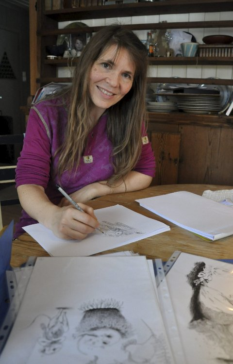 SKAPTE UNIVERS: Hjemme på småbruket i Spydeberg fant Anne Lene Aase igjen sin egen strek til aktørene i «De kloke og de dumme musene»