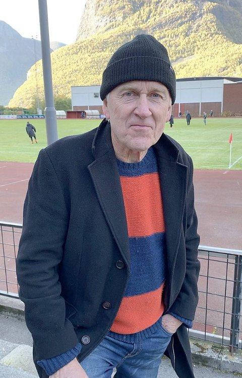 SAMD MED HJELLHAUG: Jon Navarsete meiner det er på tide med ein open debatt om framtida til damefotballen. (Foto: Hanne Stedje)