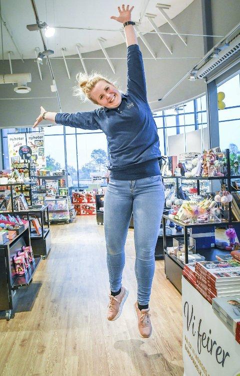 Spreking: Butikksjef Solveig Melby Birkedal byr gjerne på seg selv - det vet de som følger «Norli Grisen Storsenter» på facebook!Foto: Mette Urdahl Storm