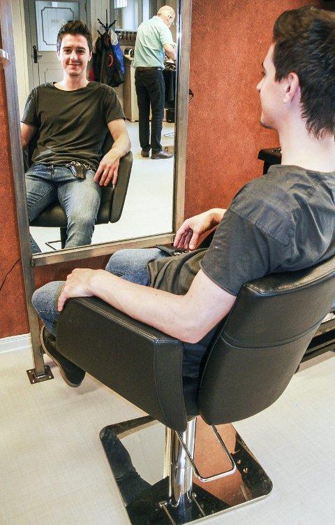 TELEGRAFEN FRISØR:  Adnan Begic er sjef for den nystarta salongen. Den tidligere eieren, frisørmester Bjørn har byttet rolle med Adnan, nå er Baár ansatt.