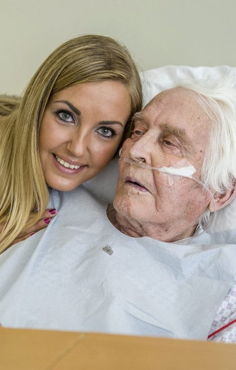 Susan får en god klem av farfar etter besøket. Foto: Bjørn Jakobsen