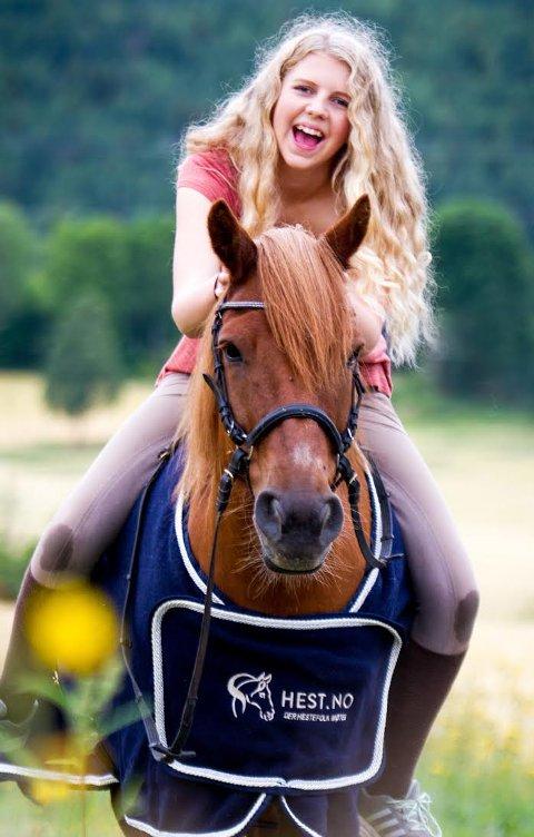 Sara og den flotte hesten Fant.