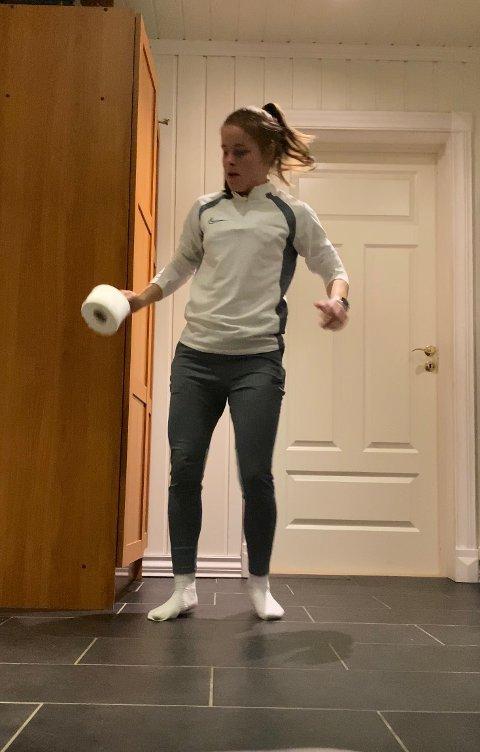 Dorulltriksing: Vanja Strand Rolandsgården har som mange andre bytta ut fotballen med en dorull i forbindelse med #stayathomechallenge. Det er ikke bare enkelt, skal vi tro 19-åringen fra Fagernes.
