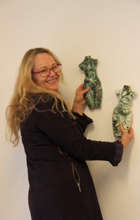 TORSOER I PORSELEN: Astrid Grue har eksperimentert med porselen over en treårsperiode. - Det er fascinerende med det klare porselenet, sier Astrid Grue, som har tegnet med flytende porselen på menneskekroppen.
