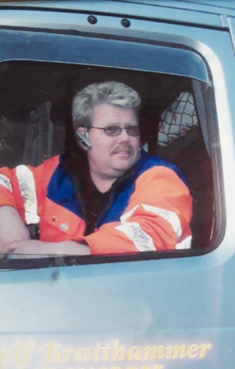VIL HA VEKK VOGNA: Rolf Bratthammer ønsker at varslingsvogna på Karmsund bru fjernes for å bedre trafikksikkerheten.