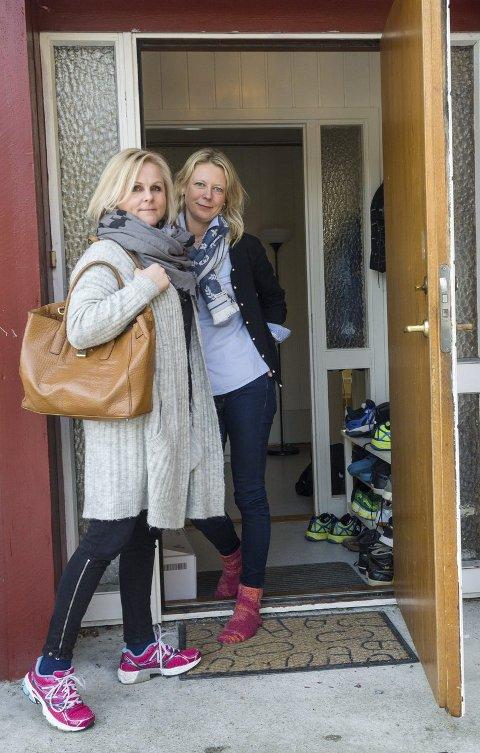 De første: Line Remfeldt (t.v.) og familien hennes er de første i Ski som blir vertsfamilie for en ung flyktning. Ruth Kjersti Nordhus er leder for bofellesskapet og tar gjerne imot flere. Foto: Kari Kløvstad