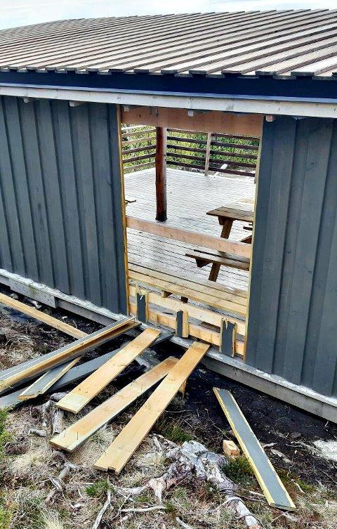 Deler av veggen på gapahuken var regelrett sparket ut. Men mandag var plankene på plass igjen.