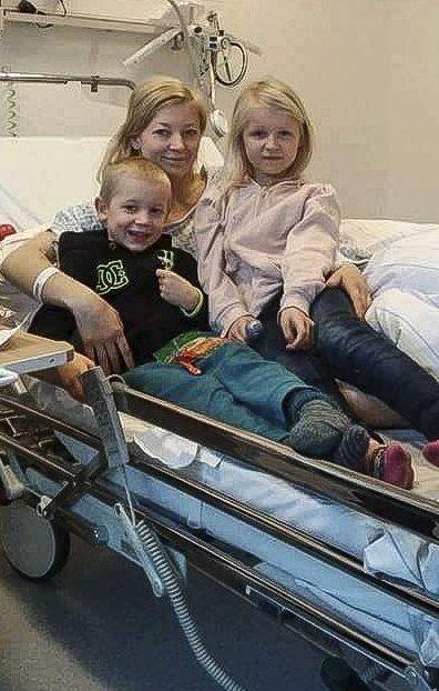 BESØK: Det endte med operasjon og abort og Tina-Lill Hansen var glad for besøk fra sine to andre barn på sykehuset.